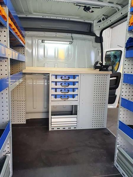 étagères avec valises pratiques blanches et bleues